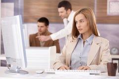 Ładny bizneswoman pracuje na komputerze obrazy royalty free