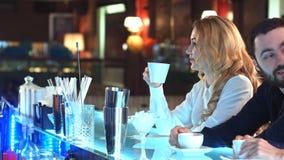 Ładny bizneswomanu pić kawowy i relaksować w kawiarni Obrazy Stock