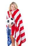 Ładny blondynki fan piłki nożnej jest ubranym usa flaga Obraz Royalty Free