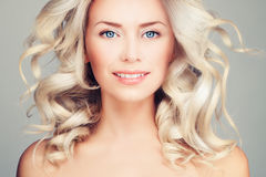 Ładny blondynki kobiety mody model z Podmuchowym włosy fotografia stock