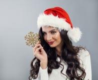 Ładny Bożenarodzeniowy kobiety mody model w Santa kapeluszu Fotografia Royalty Free