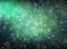 Ładny bokeh tło z sunbeam lub promieniami błyszczy przez round okręgu kształtuje unosić się w jaskrawym błękitnej zieleni niebie Zdjęcia Stock