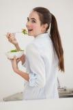 Ładny brunetki łasowania puchar sałatka Zdjęcie Stock