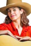 Ładny brunetki cowgirl z gitarą Fotografia Royalty Free