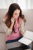 Ładny brunetki studiowanie z laptopem Obrazy Royalty Free