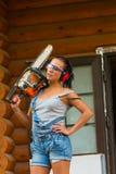 Ładny budowniczy zasilający młoda kobieta łańcuchu saw Fotografia Royalty Free