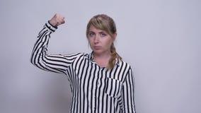 Ładny caucasian młodych kobiet przedstawień władzy gest z zaufaniem i spokój relaksujący stawiamy czoło salowego zbiory wideo