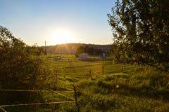 Ładny ciepły zmierzch nad obszarem wiejskim zdjęcia stock