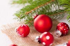 Ładny czerwony polki kropki bożych narodzeń bauble Zdjęcie Stock