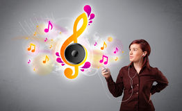 Ładny dziewczyna śpiew, słuchanie muzyka z muzykalnymi notatkami i Zdjęcie Stock
