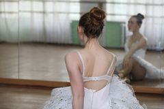 Ładny dziewczyna baletniczego tancerza ćwiczyć zdjęcia stock