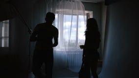 Ładny dziewczyna model dyskutuje obrazki z fotografem w studiu zbiory