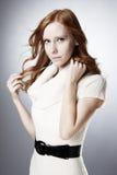 Ładny dziewczyna portret w białym pulowerze Zdjęcia Royalty Free