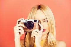 Ładny dziewczyna reporter z retro kamerą fotografia stock