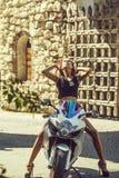 Ładny dziewczyna rowerzysta na motocyklu lub hulajnoga zdjęcia royalty free