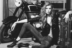 Ładny dziewczyna rowerzysta w erotycznej koszula i cajgach na podłoga obrazy royalty free