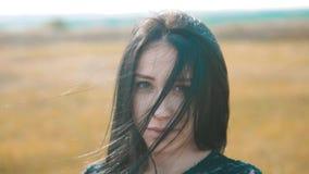 Ładny dziewczyny brunetki wiatr rozwija włosianego portreta zwolnionego tempa wideo brunetki kobiety dziewczyny fryzury włosiany  zdjęcie wideo
