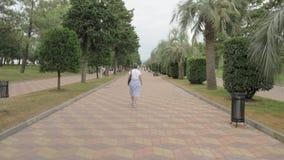 Ładny dziewczyny odprowadzenie w parku kurort Batumi miasto, Gruzja zbiory