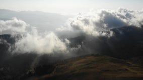 Ładny filmowy widok z lotu ptaka szczyt góra z chmurami przy jesienią zbiory wideo