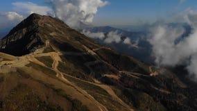 Ładny filmowy widok z lotu ptaka szczyt góra z chmurami przy jesienią zdjęcie wideo