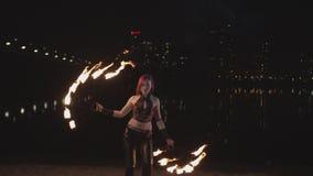 ?adny firegirl spe?niania taniec z pale? fan zdjęcie wideo