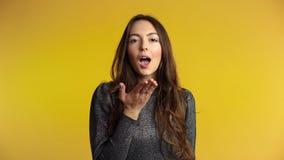 Ładny flirtuje kobiety dosłania buziak ty na żółtym tle zbiory