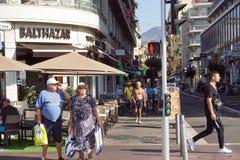ŁADNY, FRANCJA, Lipiec - 14, 2017: Turyści i lokalni ludzie chodzi na powabnych rocznik ulicach Stary miasteczko w Ładnym Obraz Royalty Free