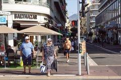ŁADNY, FRANCJA, Lipiec - 14, 2017: Turyści i lokalni ludzie chodzi na powabnych rocznik ulicach Stary miasteczko w Ładnym Zdjęcie Stock