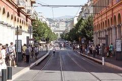 ŁADNY, FRANCJA, Lipiec - 14, 2017: Turyści i lokalni ludzie chodzi na powabnych rocznik ulicach Stary miasteczko w Ładnym Zdjęcia Stock