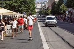 ŁADNY, FRANCJA, Lipiec - 14, 2017: Turyści i lokalni ludzie chodzi na powabnych rocznik ulicach Stary miasteczko w Ładnym Obraz Stock