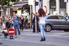 ŁADNY, FRANCJA, Lipiec - 14, 2017: Turyści i lokalni ludzie chodzi na powabnych rocznik ulicach Stary miasteczko w Ładnym Zdjęcie Royalty Free