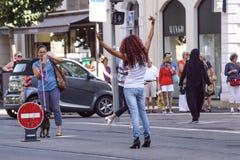 ŁADNY, FRANCJA, Lipiec - 14, 2017: Turyści i lokalni ludzie chodzi na powabnych rocznik ulicach Stary miasteczko w Ładnym Zdjęcia Royalty Free