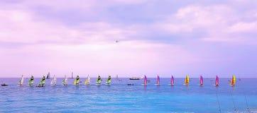 ŁADNY, FRANCJA, MAJ - 2018: Wyrzucać na brzeg przy zmierzchem, kolorowe żaglówki w morzu, Cote d ` Azur, morze śródziemnomorskie, zdjęcie stock