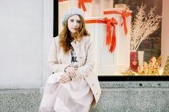 Ładny Frenchwoman na ulicach miasto Dziewczyna chodzi wokoło miasta Obraz Stock