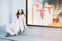 Ładny Frenchwoman na ulicach miasto Dziewczyna chodzi wokoło miasta Zdjęcia Stock