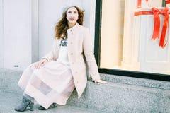 Ładny Frenchwoman na ulicach miasto Dziewczyna chodzi wokoło miasta Obrazy Royalty Free