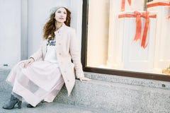 Ładny Frenchwoman na ulicach miasto Dziewczyna chodzi wokoło miasta Obrazy Stock