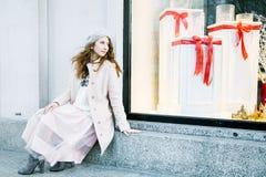 Ładny Frenchwoman na ulicach miasto Dziewczyna chodzi wokoło miasta Fotografia Royalty Free