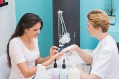 Ładny gwoździa technik daje manicure'owi klient zdjęcie stock