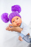 Ładny i śmieszny dziecko na matek rękach Obrazy Stock