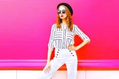 Ładny kobieta model jest ubranym czarnych kapeluszy okularów przeciwsłonecznych biel dyszy Obraz Stock