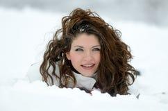 Ładny kobieta portret plenerowy w zimie Zdjęcia Royalty Free