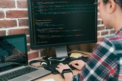 Ładny kobieta pracownika programista używa komputer fotografia stock