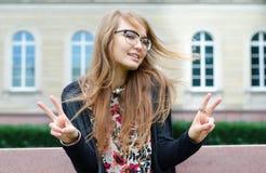 Ładny kobieta seansu gesta kopii zwycięstwo Obrazy Royalty Free