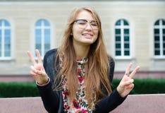 Ładny kobieta seansu gesta kopii zwycięstwo Fotografia Stock
