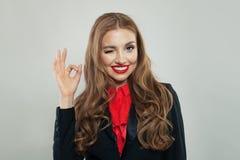 Ładny kobieta seansu ok znaka gest Dziewczyna mruga i ono uśmiecha się zdjęcie royalty free