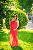 Ładny kobieta w ciąży w czerwieni Obraz Royalty Free