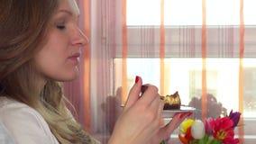 Ładny kobiety łasowania cukierki tort zdjęcie wideo