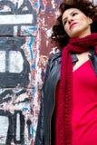 Ładny kobiety czekanie przy graffiti ścianą obrazy royalty free