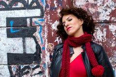 Ładny kobiety czekanie przy graffiti ścianą zdjęcie stock
